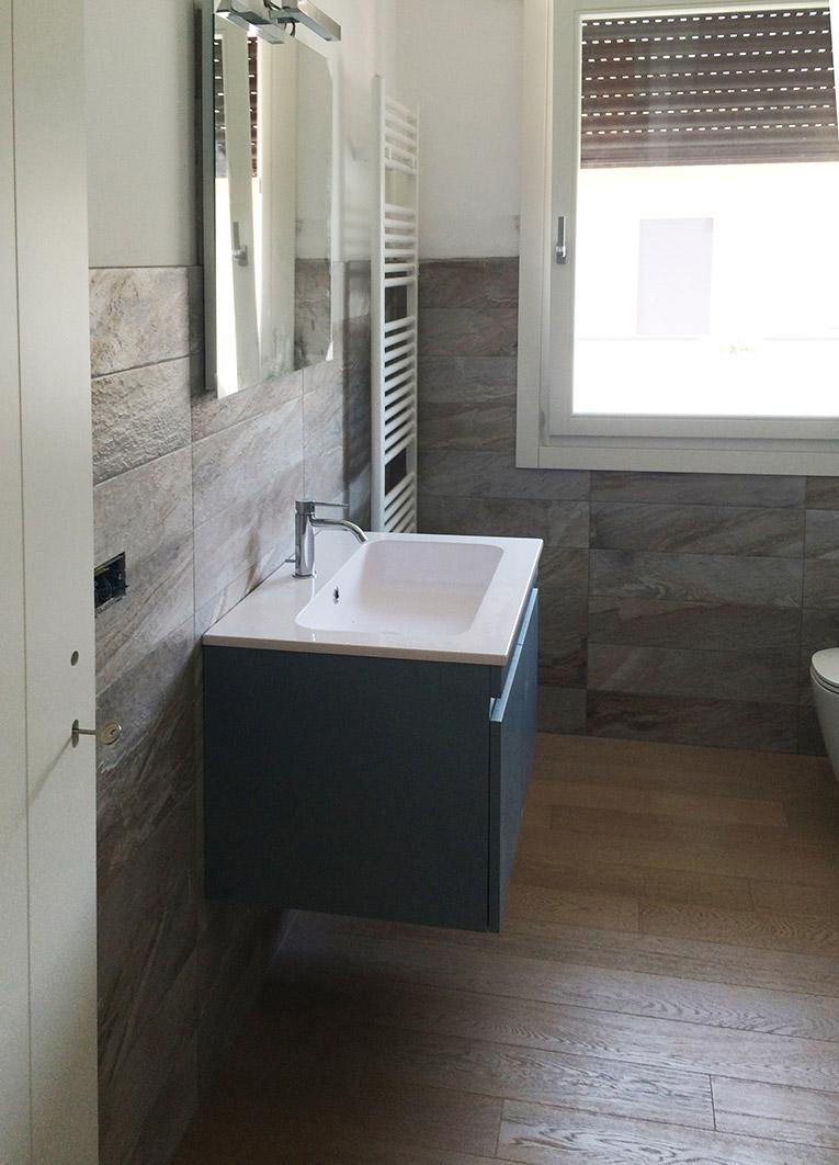 Realizzazione del pavimento e rivestimento del bagno for Foto rivestimenti bagno